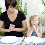 Bibel und Bekenntnisse sind die Basis, sie beflügeln Glaube und Gebet, zum Beispiel das gemeinsame Beten vor dem Essen.