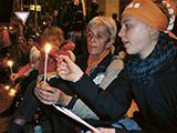 Kerzenschein zur Kirchennacht: Feuer und Flamme verbinden die Generationen (Foto: Joachim Gerhardt)