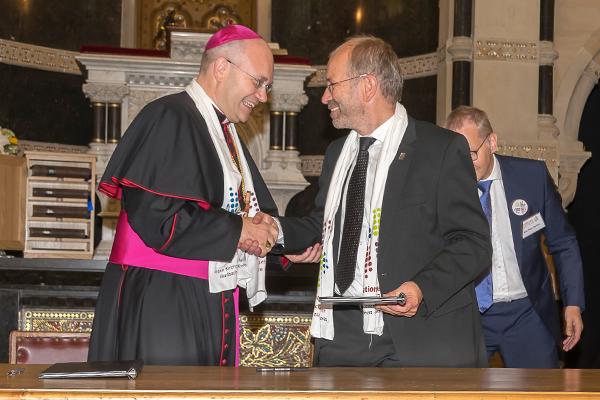 Aachens Bischof Dr. Helmut Dieser (l.) und Präses Manfred Rekowski unterzeichneten einen Ökumenischen Brief.