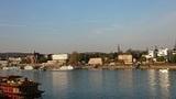 Erleben Sie Bonn vom Schiff aus. Pfarrer Rüdiger Petrat erklärt anhand der Bonner Silhouette die Geschichte der Stadt. (Foto: Johanna Nolte