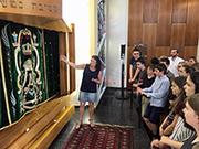 Führung der Bonner Konfirmanden in der Synagoge: Für viele war es der erste Besuch in einem jüdischen Gotteshaus (Foto: J. Gerhardt)