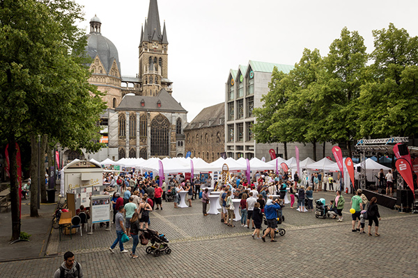 Tausende Besucherinnen und Besucher kommen zum Katschhof, um den ökumenischen Kirchentag zu feiern.