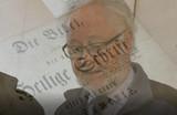Pfarrer Friedhelm Krämer aus Remscheid führt durch die Bibelausstellung (Foto: Still aus dem Film zur Ausstellung)
