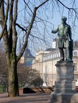 Begegnung auch mit anstößiger Geschichte: das Ernst Moritz Arndt-Denkmal am Alten Zoll (Foto: Axel von Dobbeler)