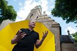Der Künstler Benedikt Birckenbach vor seinem Werk an der Lutherkirche (Foto: Michael Wiegmann)