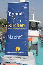 Kirche an Bord: das Kirchennacht-Signet weithin sichtbar an Deck (Foto: Katrin Jürgensen)