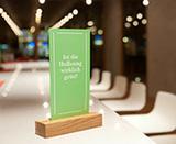 Anregen zum Nachdenken: Hoffnungs-Flyer auf jedem Tisch im Kirchenpavillon (Foto: Michael Schmidt)