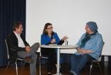 Im Dialog: Schulreferentin Beate Sträter (Mitte) mit Rainer Möller und Rabeya Müller (Foto: Uta Garbisch)