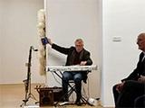 Unglaublich, welche Instrumente und sphärischen Klänge der bekannte Bonner Musiker Matthias Höhn in fein dosierten Improvisationen zwischen den Texten zu Gehör brachte. (Foto: Alexa Halpern)