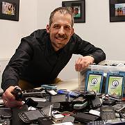 Bildungsreferent Claudio Gnypek mit dem Ertrag der ersten Sammel-Runde
