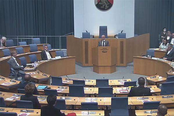 Thomas Posern, ehemaliger Beauftragter der Evangelischen Kirchen im Land Rheinland-Pfalz, präsentiert das Impulspapier am Mittwochnachmittag im rheinland-pfälzischen Landtag.