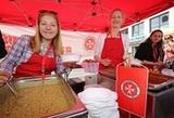 """""""Wer möchte noch Suppe?"""" - Konfirmanden aus der Lutherkirchengemeinde helfen bei der Ausgabe der Rheinischen Erbsensuppe. (Foto: M. Böschemeyer)"""