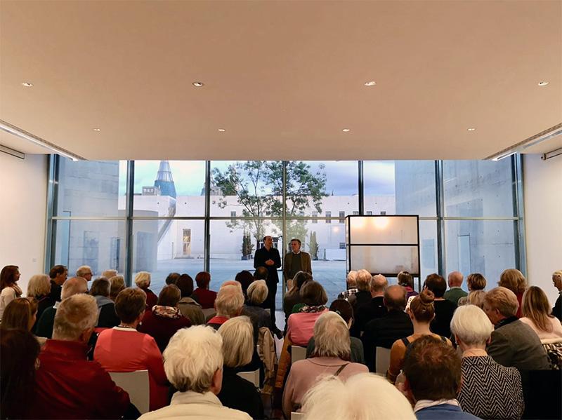Die  Abendsonne über der gegenüberliegenden Bundeskunsthalle gaben dem Nachdenken über das, was bleibt vom Staub des Lebens, einen fast unwirklichen Hintergrund (Foto: Alexa Halpern)
