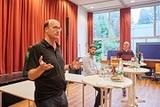 Joachim Gerhardt, Max Kugel und Andreas Archut (v.l.n.r.) im Gespräch über die Zusammenhänge von Brot, Wein und Theologie. (Foto: Volker Lannert)
