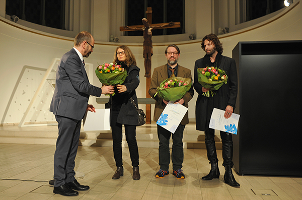Präses Rekowski überreicht den Kunstpreis an Kristina Stoyanova, Christian Jendreiko und Konstantinos Angelos Gavrias (v.l.).