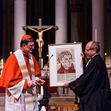 Zum Schluss überreichte der Kölner Erzbischof dem rheinischen Präses ein Geschenk.