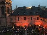 Mehrere hundert Besucher genießen den Abend im illuminierten Kreuzgang des Bonner Münsters. (Foto: Reinhard Sentis)