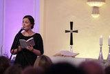Slam-Poetin Sandra da Vina begeistert das Publikum in der bis auf den letzten Platz besetzten Bonner Schlosskirche. (Foto: Meike Böschemeyer)